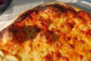 Lækker hjememlavet pizza margherita med tomat og mozzerella. Foto: Guffeliguf.dk