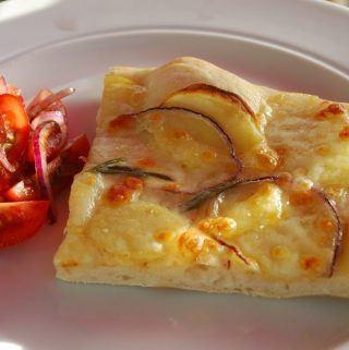 Pizza med kartoffel: Du kan lave denne lækre og klassiske pizza bianca med kartoffel, rødløg og rosmarin. Helt enkelt, men meget smagfuldt. Foto: Guffeliguf.dk