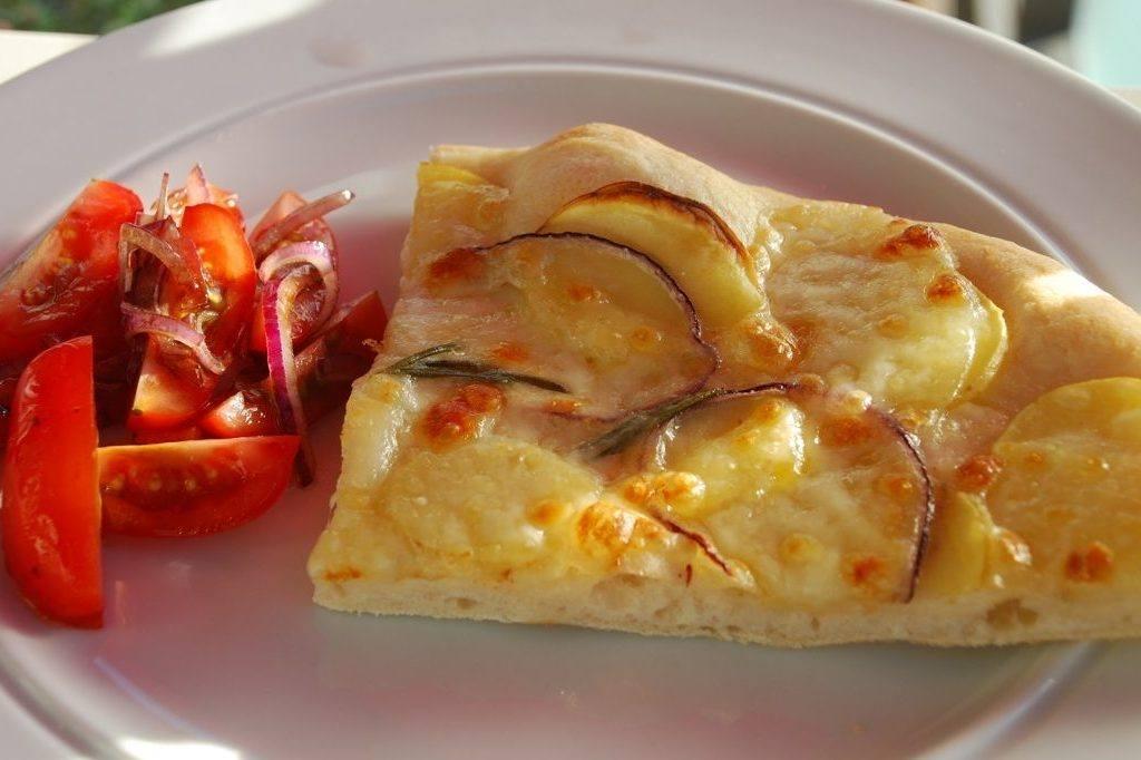 Pizza med kartoffel og rosmarin – opskrift med billeder