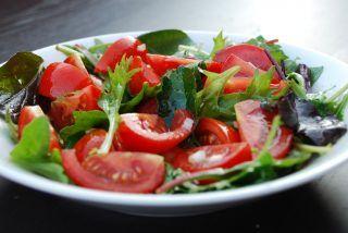 Lækker tomatsalat med rødløg og balsamico