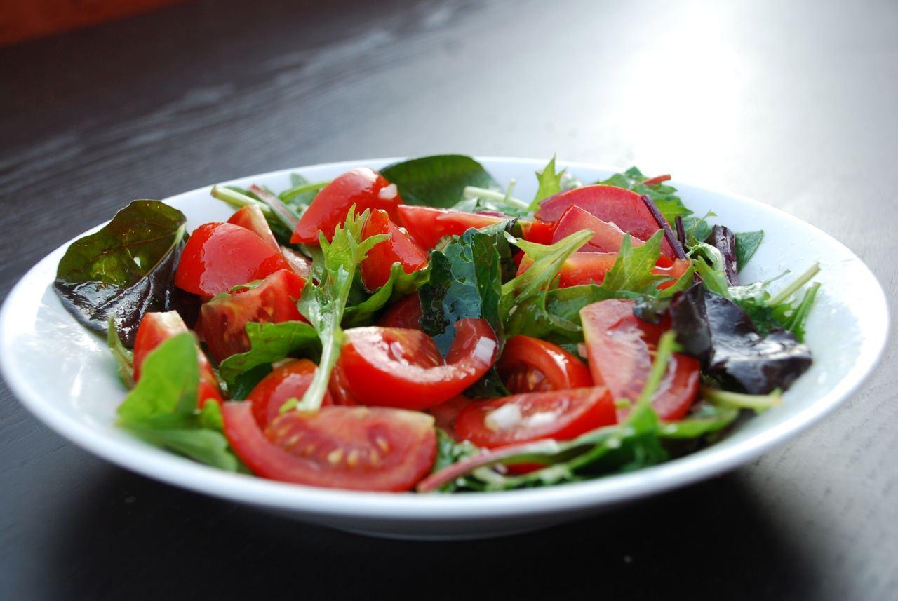 Lækker tomatsalat med saftige tomater, salat og løg. Salaten er perfekt til kylling og grillet kød. Foto: Guffeliguf.dk.