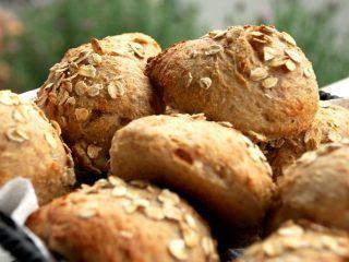 Havregrødsboller er gode til skolemadpakken - og nemme at lave. De skal dog hæve natten over. De er lavet af havregrød og med kun lidt gær, og det gør, at de holder sig friske længe. Foto: Madensverden.dk.