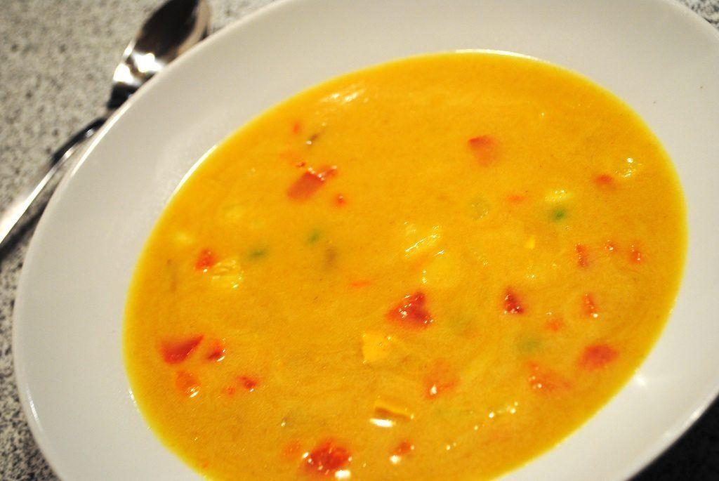 Lækker og krydret karrysuppe med peberfrugt, ærter og kylling.