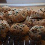 Græskarboller med ristede græskarkerner er super godt brød, der kan bruges både som kuvertbrød og til madpakken. Foto: Guffeliguf.dk.