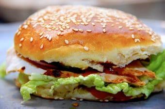 Nem burger med kylling, tomat og rødløg