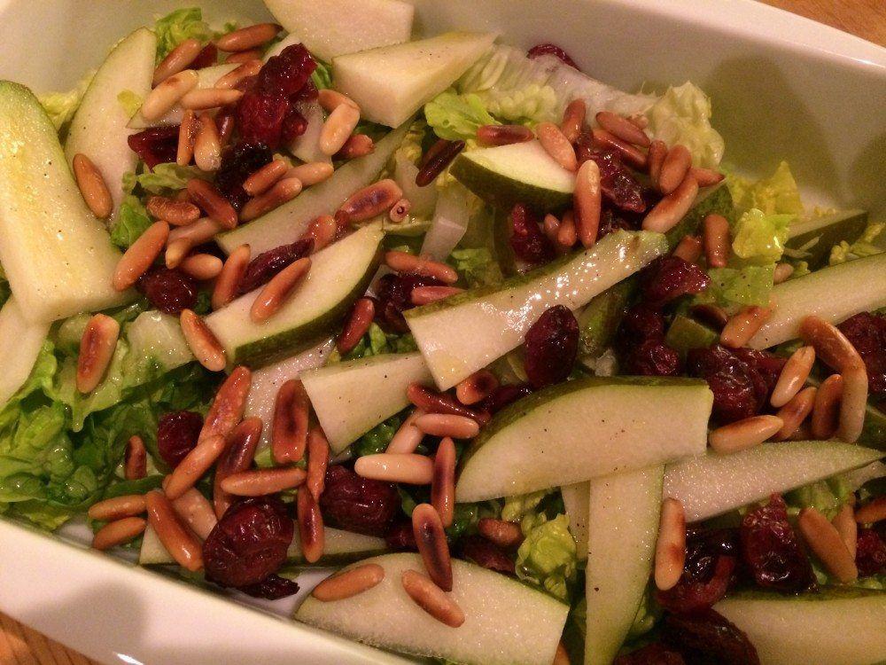 Lækker og hurtig salat, som passer rigtig godt til svinekød. Med pære, pinjekerner og romaine salat. Foto: Guffeliguf.dk.