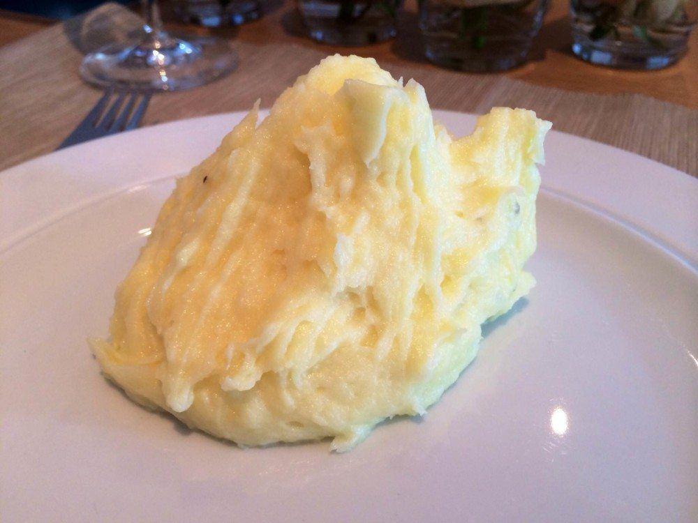 Kartoffelmos lavet på kartofler, smør og mælk. Mosen passer perfekt til mange gryderetter. Foto: Guffeliguf.dk.