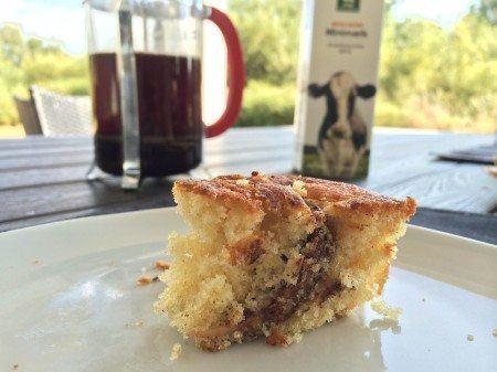 En meget lækker æblekage, der bages med æblebåde vendt i kanel og sukker. Kagen bliver meget svampet og er meget nem at lave. Foto: Guffeliguf.dk.
