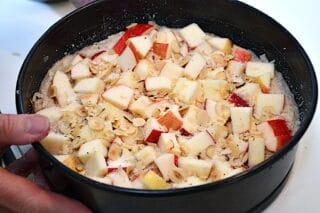 æblekagen drysses med hasselnøddeflager og sukker