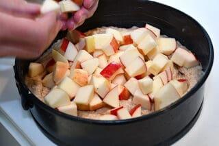 æbler fordeles ovenpå dejen i springoformen