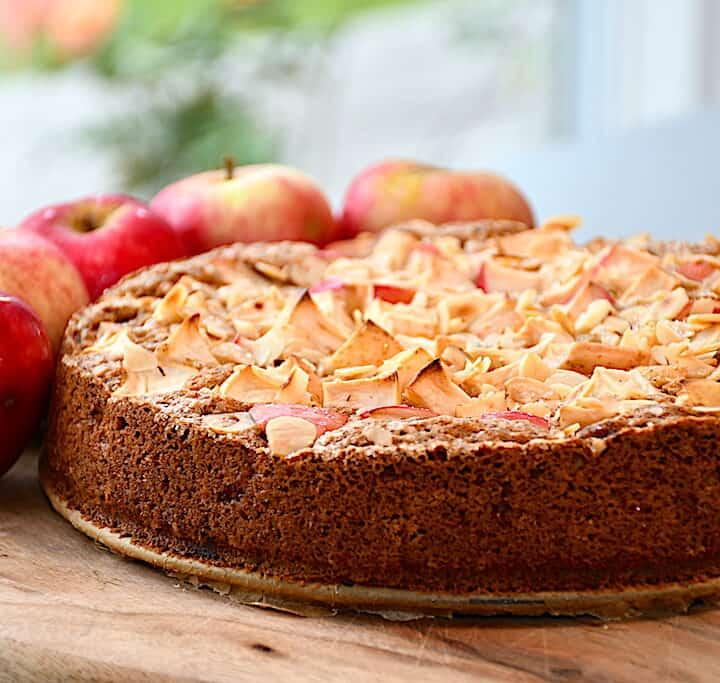 bagt æblekage med kanel og kokos