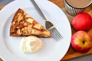 bat æblekage serveres med flødeskum eller creme fraiche
