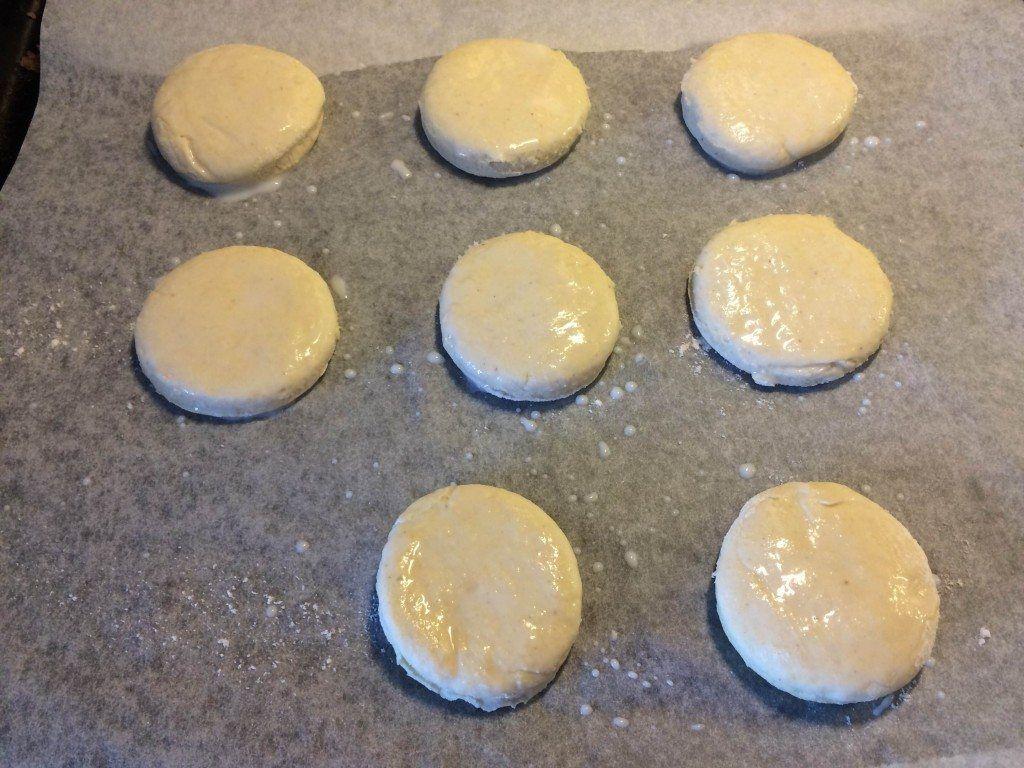 Løg de udstukne scones på en plade med bagepapir, og pensl dem med mælk. Foto: Guffeliguf.dk.