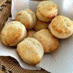 Lækre hjemmelavede scones, der kan bages på blot få minutter. Brødene hæver meget op i ovnen. Foto: Guffeliguf.dk.