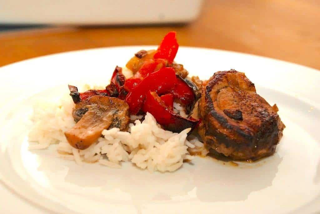 Svinemørbrad i fad med champignon og peberfrugt
