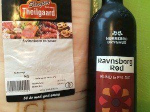 Du skal bruge en svinekam og en Ravnsborg Rød til denne ølbraiserede svinekam. Foto: Guffeliguf.dk.