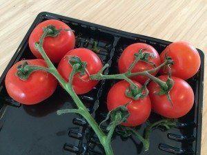 Vi bruger friske tomater til kødsovsen - sammen med en dåse hakkede tomater. Guffeliguf.dk.