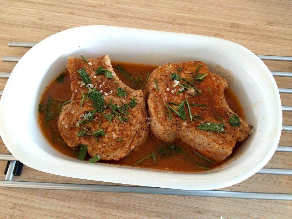 Lækker opskrift på svinekotelet med skaft, som vi langtidssteger i ovnen. Foto: Guffeliguf.dk.