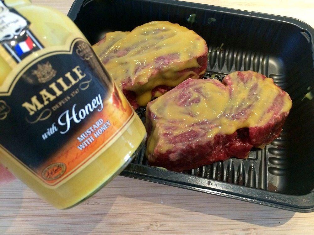 Smør dine bøffer af oksemørbrad godt med sennep, og server med djævlesovs. Foto: Guffeliguf.dk.