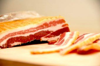 Sådan steger du bacon i ovn (perfekt stegetid)