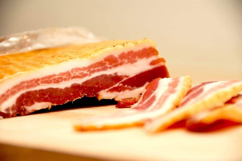 Bacon i ovn er den nemme og sikre måde at stege din bacon på. Brug gerne en god og tørsaltet bacon. Foto: Madensverden.dk.