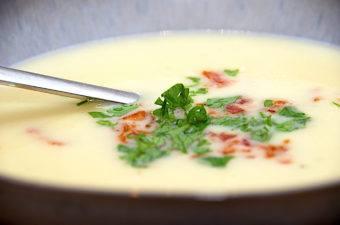 billede med kartoffelsuppe med porre