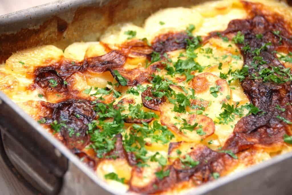 Du skal prøve disse lækre flødekartofler med selleri, hvor kartoflerne tilsættes knoldselleri. Sellerien giver en fantastisk smag til flødekartoflerne, og som du kan se på billedet, så skal flødekartoflerne bages godt af. Foto: Madensverden.dk.