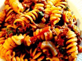 Kødsovs: Her er en opskrift på en kødsovs, der meget gerne må simre et par timer. Og som er krydret og særdeles lækker til pasta. God til både børn og voksne. Foto: Madensverden.dk.