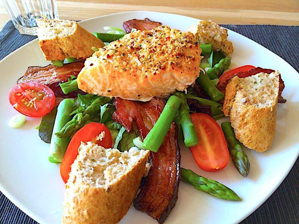 Laks i ovn - serveret på bund af salat med asparges