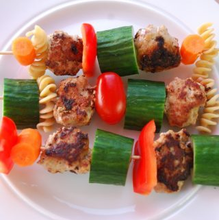 Minifrikadeller på spyd er gode både i madpakken - og når der er børnefest/fødselsdag. Og hvis dit barn ikke er meget for grøntsager, er her måske en måde at få dem til at glide nemmere ned. Foto: Madensverden.dk.