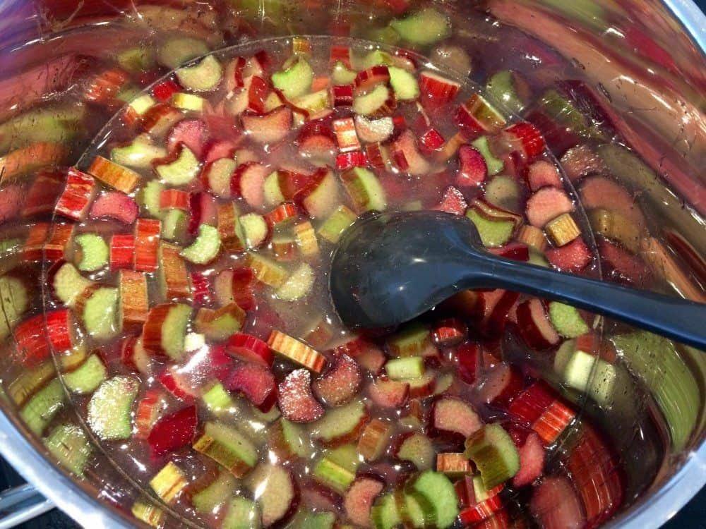 Kog rabarberne op sammen med vand, sukker og vanilje. De skal koge omkring 20 minutter. Foto: Guffeliguf.dk.