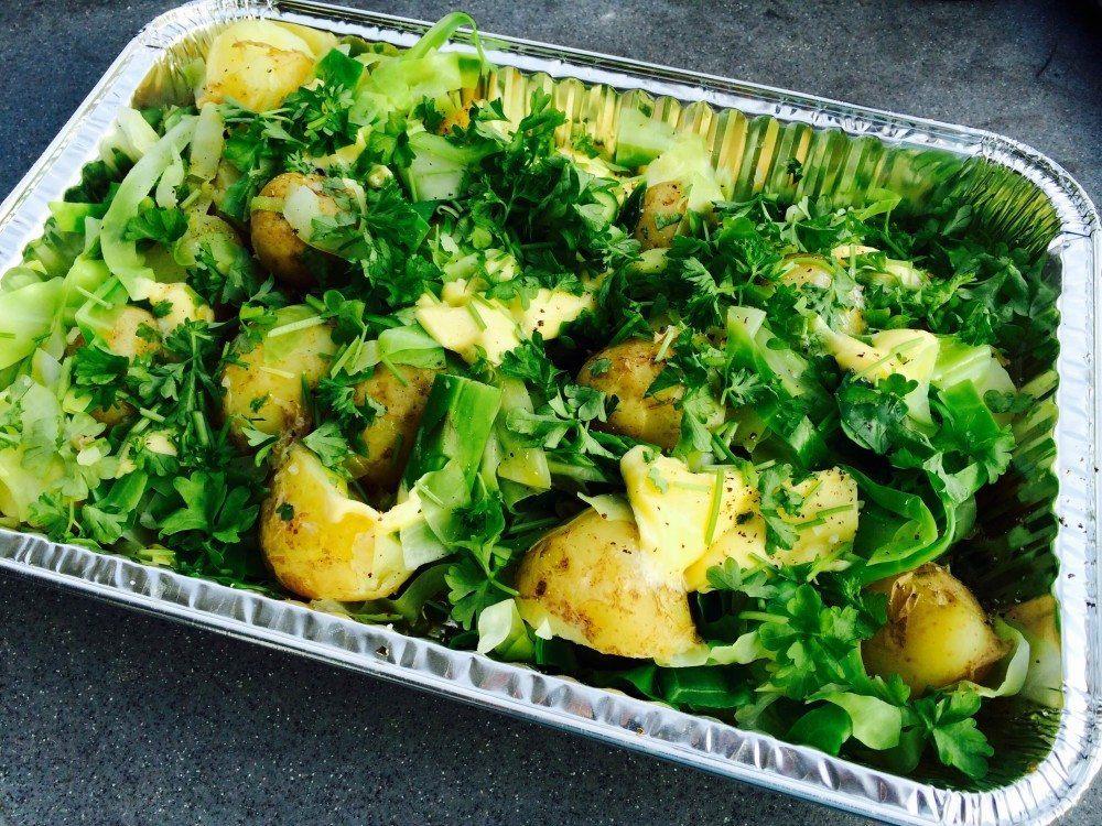 Lækkert tilbehør til grillen. Nye kartofler med grønne asparges og spidskål. Tilsat persille og smør. Foto: Guffeliguf.dk.