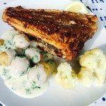 Du kan eventuelt servere din helstegte rødspætte med små kartofler og persillesovs. Foto: Guffeliguf.dk.