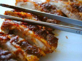 Det er meget nemt at lave sin egen grillolie eller grillsauce, som blandt andet kan bruges til spareribs og grillben. Foto: Madensverden.dk.