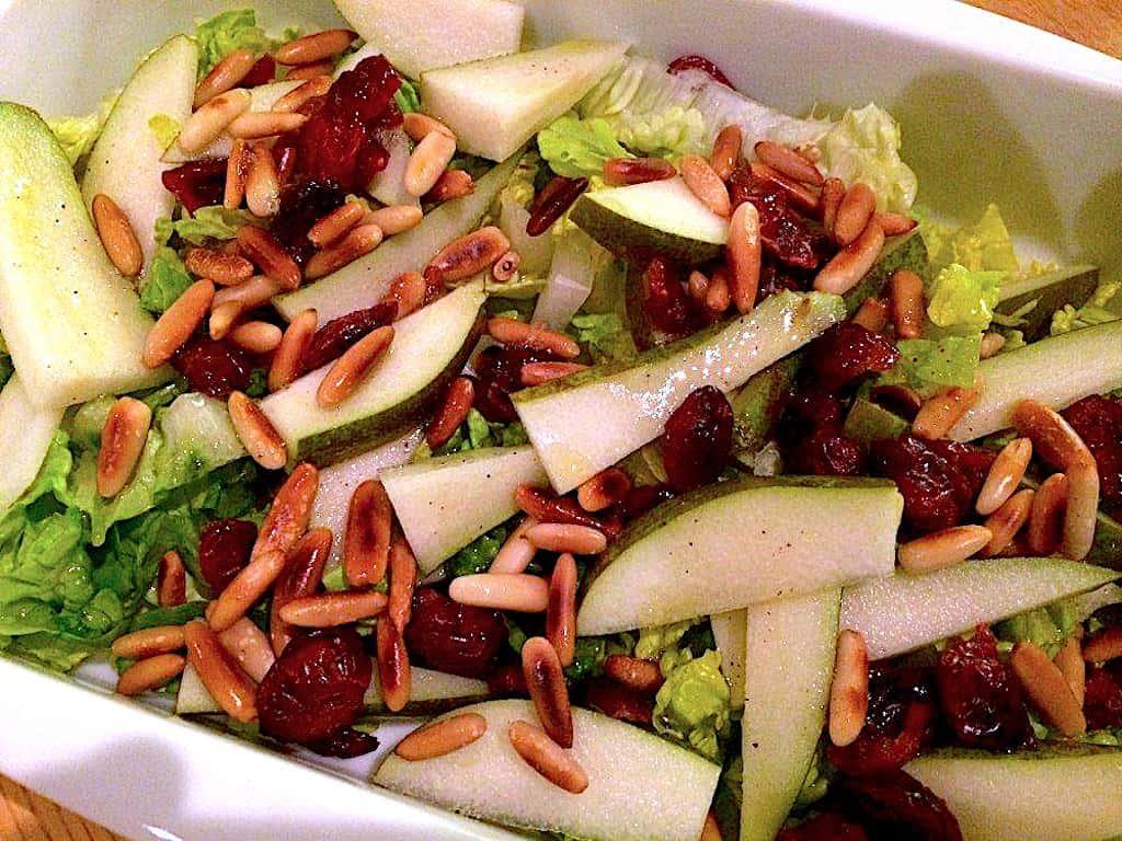 Salat med pære, tranebær og pinjekerner