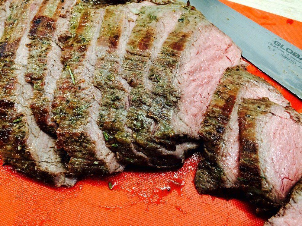 Grillet flanksteak med rosmarin og hvidløg er nem mad, som tilmed er meget hurtig at tilberede. Foto: Guffeliguf.dk.