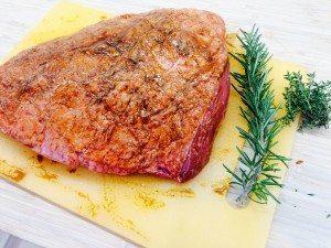 Smør din culotte med en god grillolie, og læg lidt frisk rosmarin og timian på krølfedtet. Foto: Guffeliguf.dk.