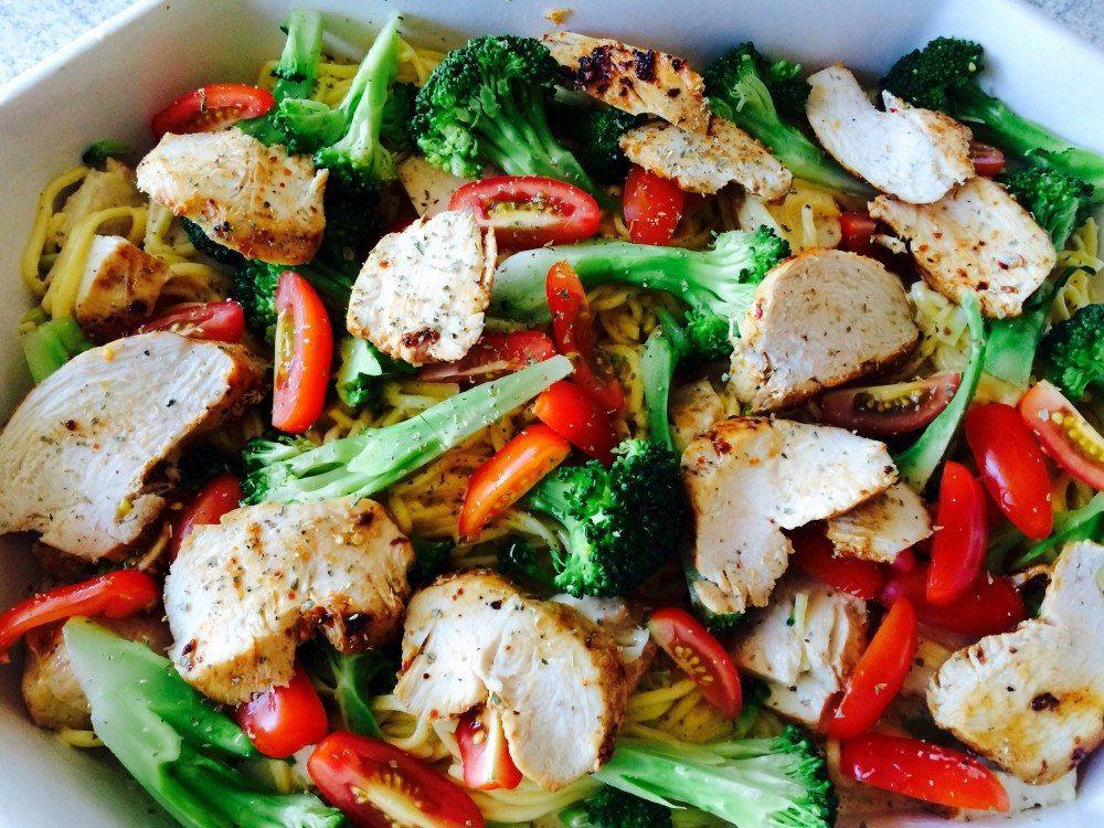 Frisk pasta i flødesovs, anrettet med dampet broccoli, friske tomater og stegt kylling. Foto: Guffeliguf.dk.