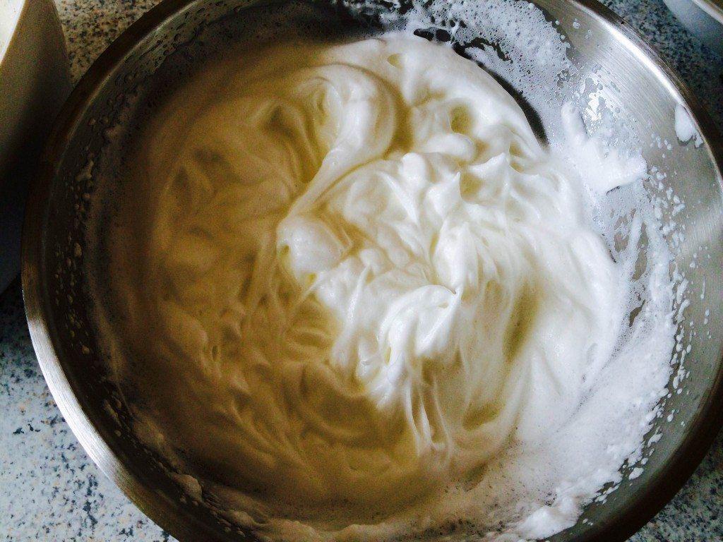 Pisk æggehvidere helt stive. Hviderne er tilpas når du kan vende bunden i vejret uden æggehviderne falder ned. Foto: Guffeliguf.dk.