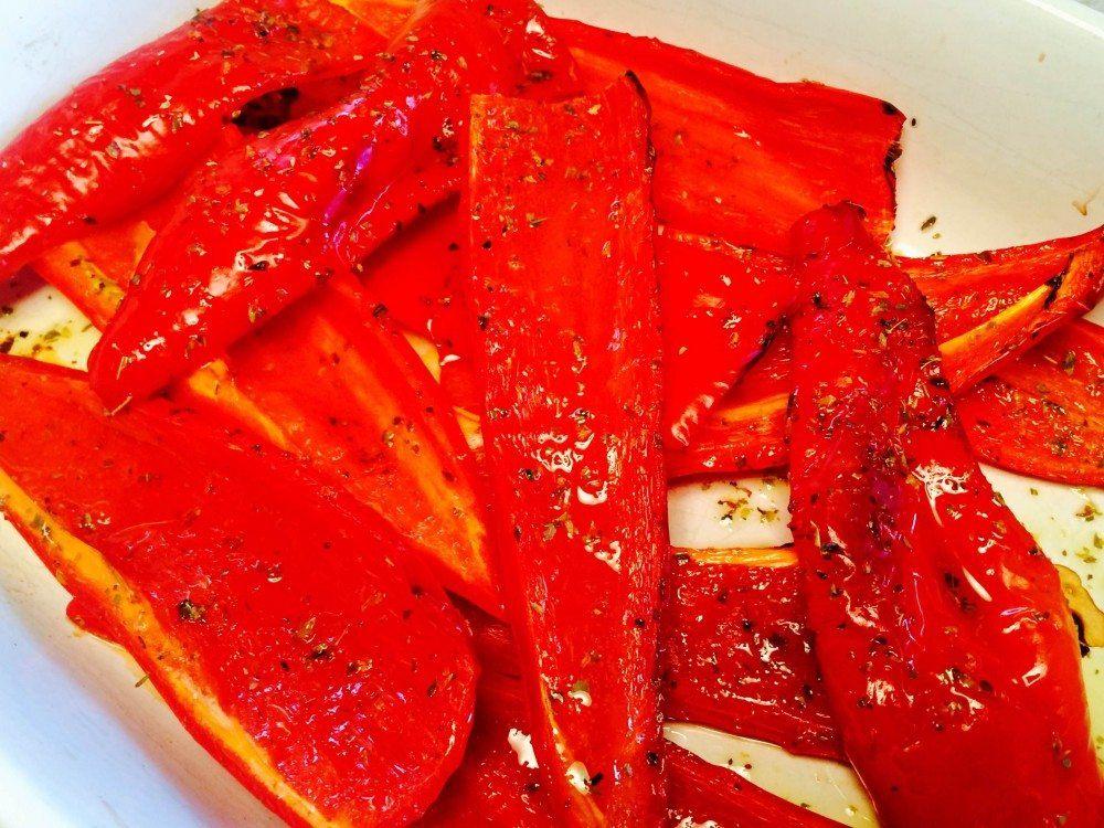 Lækre røde og bagte peberfrugter, bagt i ovnen med lidt olivenolie og oregano. Foto: Madensverden.dk.