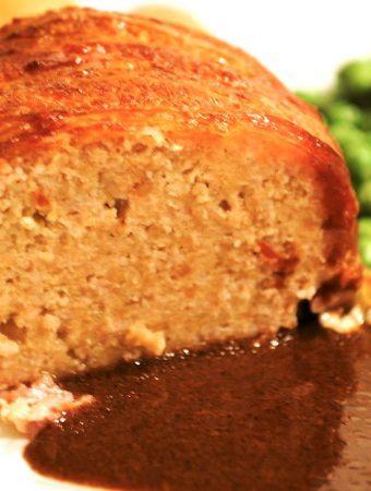En lækker og velsmagende forloren hare med brun sovs. Det klassiske farsbrød, der omvilkes med bacon. Foto: Madensverden.dk.