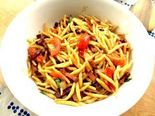 Den færdige pasta med bacon serveres med et stykke brød til. En lækker og meget italiensk ret, der er god både på hverdage og i weekenden. Foto: Madensverden.dk.