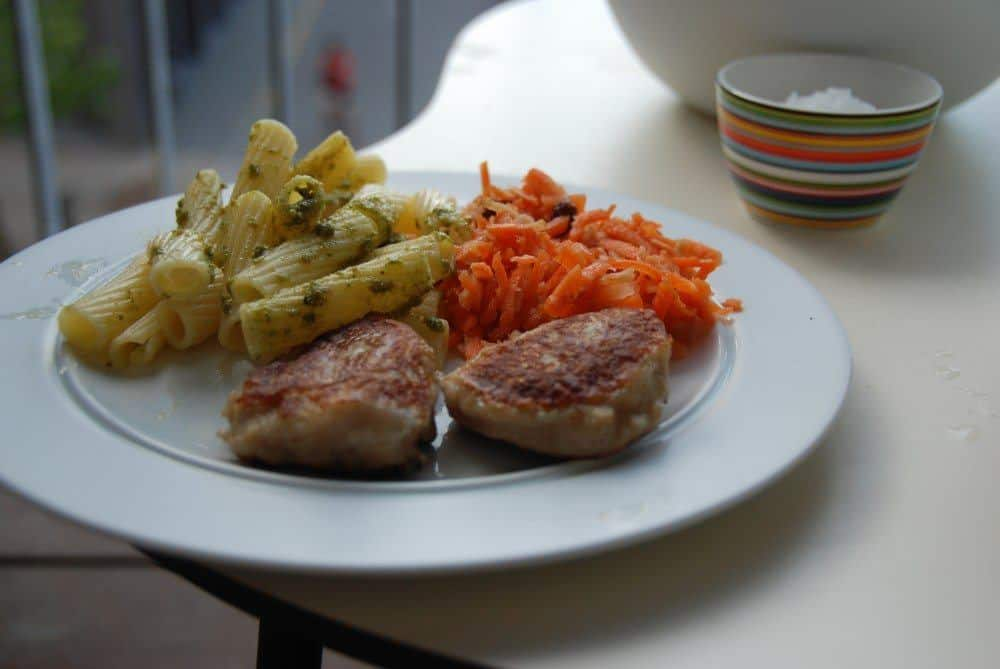 Pasta og råkost smager rigtig godt til fiskefrikadeller. Foto: Guffeliguf.dk