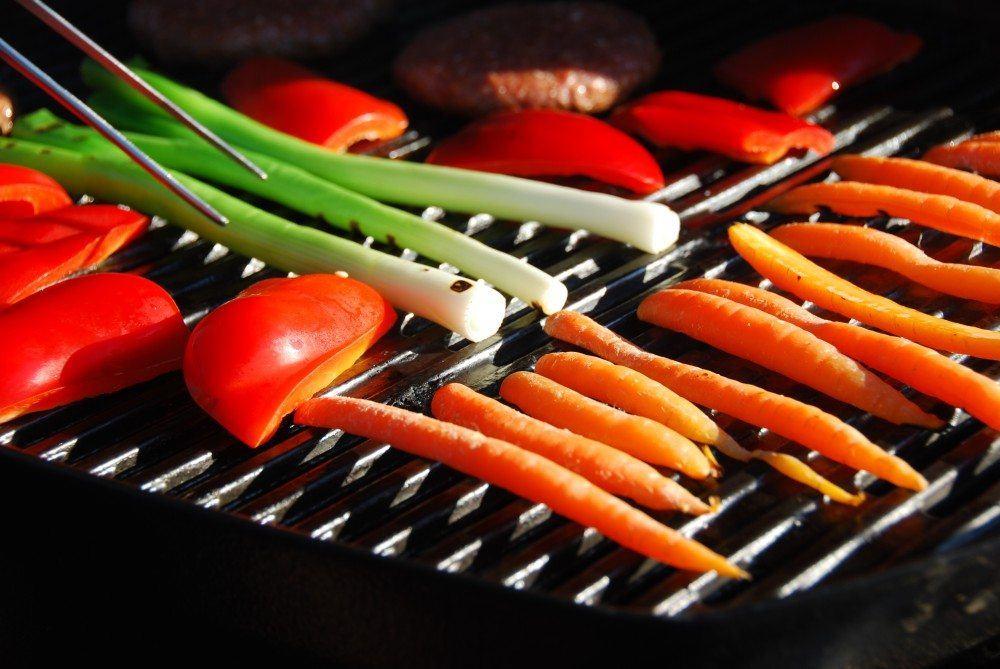 Grøntsager på grill er lækkert tilbehør til mange gode bøffer og andet kød. Og der er masser af muligheder, prøv blandt andet peberfrugt og forårsløg. Foto: Guffeliguf.dk.