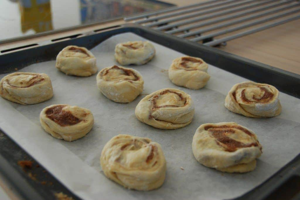 Kanelsnegle skal hæve i 25 minutter inden bagning. Læg et viskestykke over. Foto: Guffeliguf.dk.