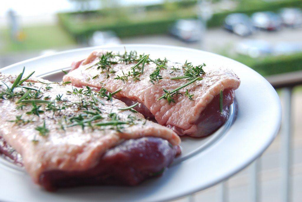 Rids andebryst, smør med lidt olie - og krydr med salt, peber, timian og rosmarin. Foto: Madensverden.dk.