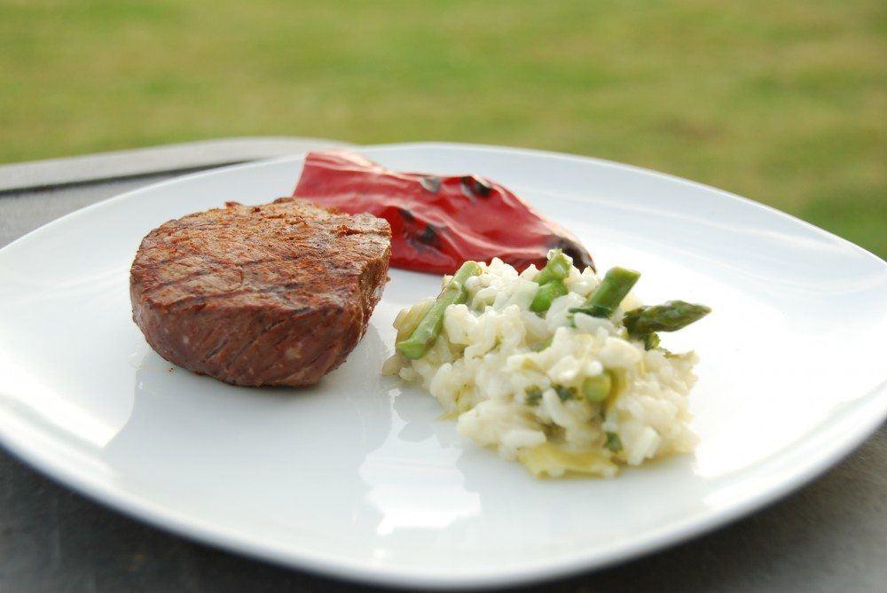 Grillet bøf af oksemørbrad med grillede peberfrugter og risotto med asparges. Foto: Guffeliguf.dk.