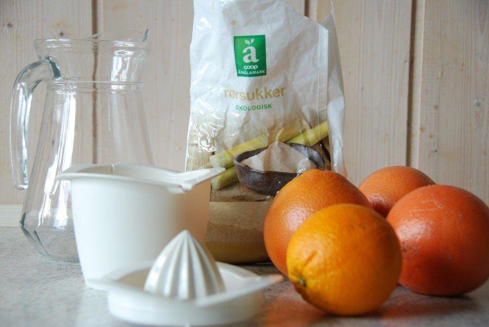 Hjemmelavet grapejuice lavet af grape og appelsin. Vi har tilsat en smule økologisk rørsukker. Foto: Guffeliguf.dk.
