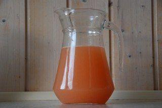 Friskpresset grapejuice med grape, appelsin og rørsukker. Forfriskende. Foto: Guffeliguf.dk.