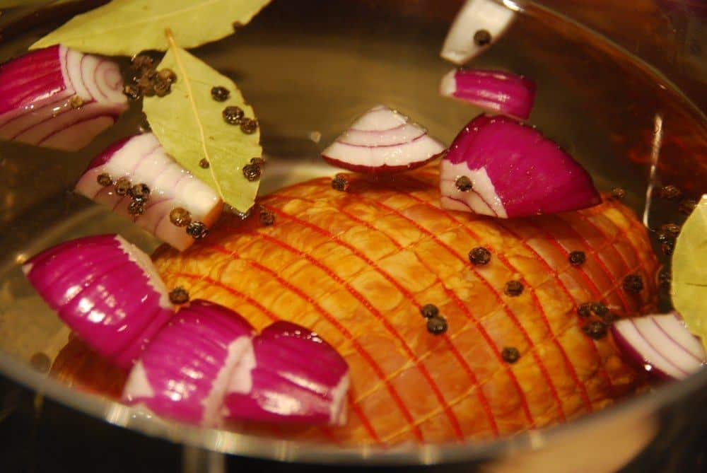 Kogt skinke - eller bayonneskinke - er et dejlig stykke kød, som de fleste godt kan lide. Den skal koges i 45 minutter - og hvile i vandet i 20 minutter. Foto: Guffeliguf.dk.